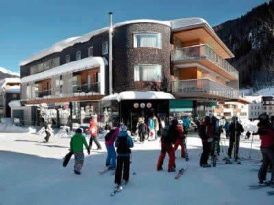 Verleihshop SPORT 2000 Jennewein Dorf, St. Anton am Arlberg in Neben Galzigbahn Talstation im Hotel Anton